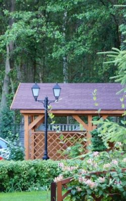 wysoka lampa ogrodowa dwuramienna